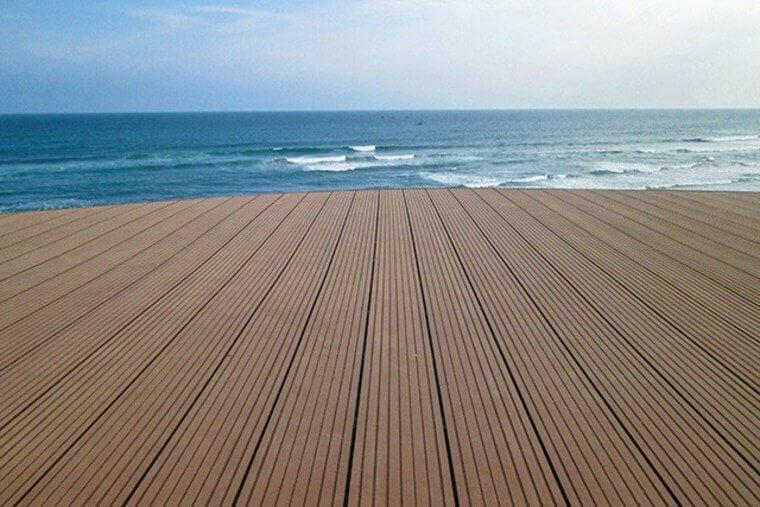 terrasse-en-bois-composite-marron-p1